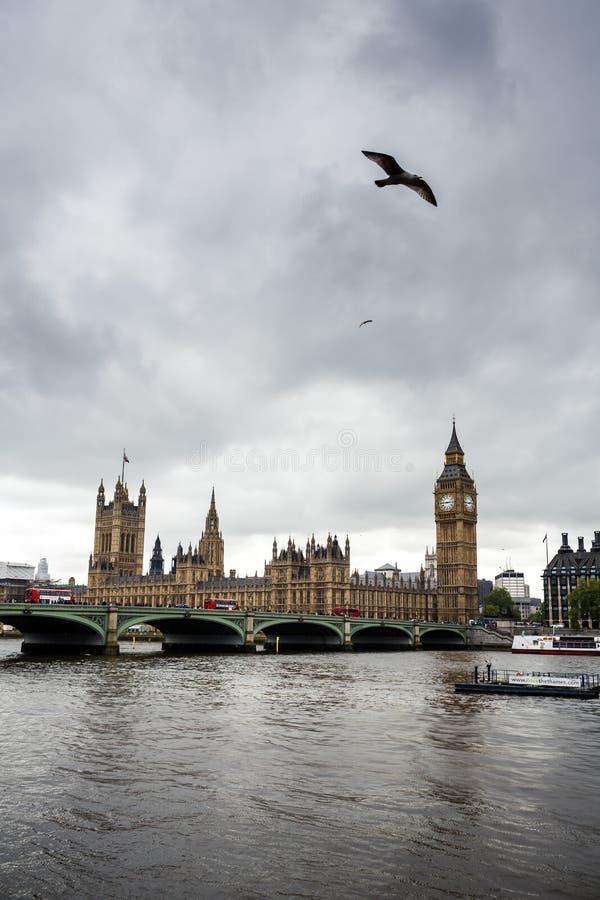 Big Ben και σπίτια του Κοινοβουλίου με τη βάρκα στο Λονδίνο, Αγγλία, UK στοκ εικόνα