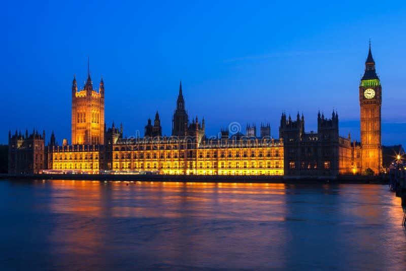 Big Ben με τις Βουλές του Κοινοβουλίου τη νύχτα Λονδίνο UK στοκ εικόνα με δικαίωμα ελεύθερης χρήσης