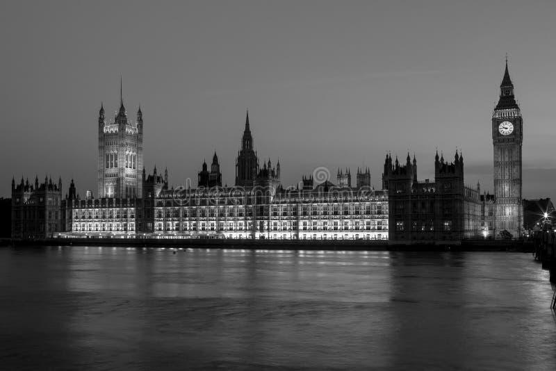 Big Ben με τις Βουλές του Κοινοβουλίου τη νύχτα Λονδίνο UK στοκ εικόνα