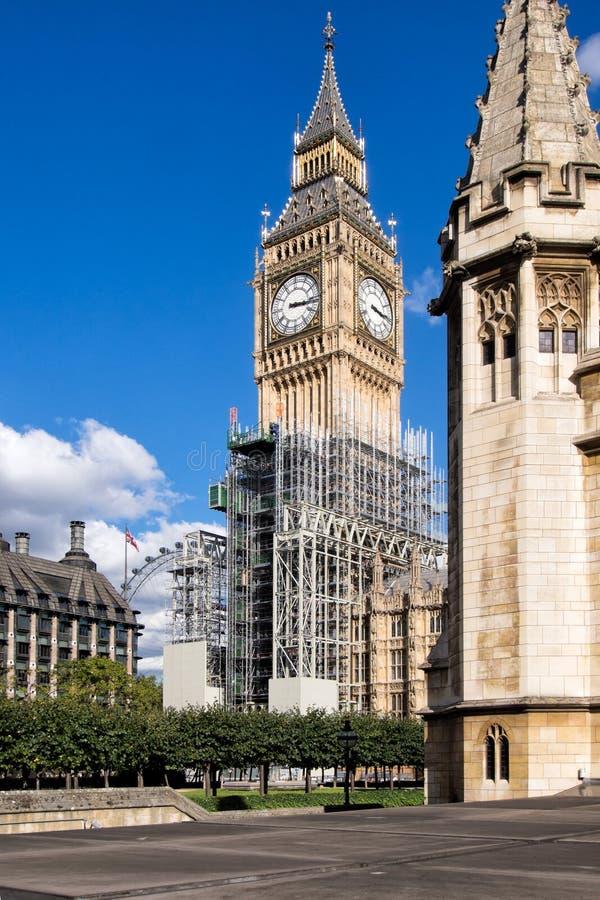 Big Ben, σπίτια του Κοινοβουλίου UK, με τα υλικά σκαλωσιάς στοκ φωτογραφίες