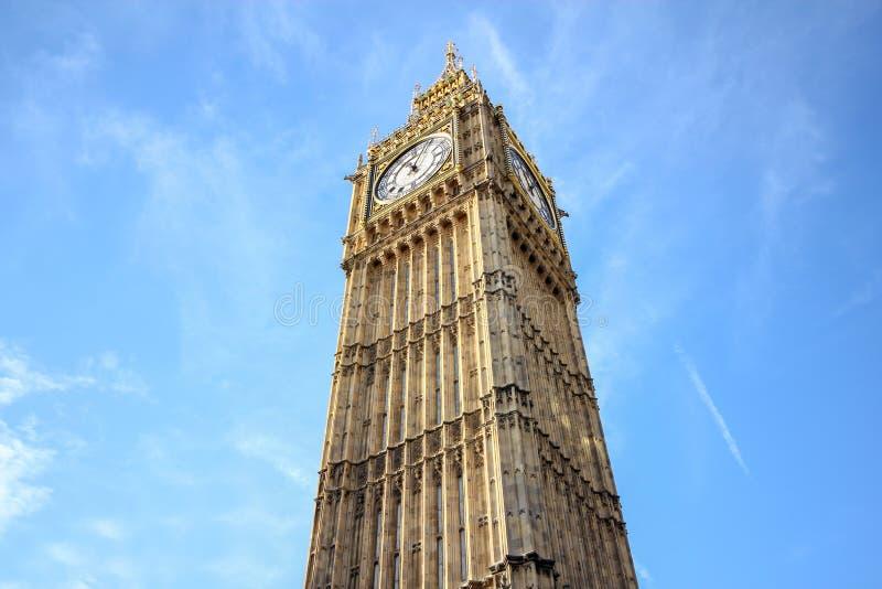 Big Ben am blauen Himmel in London, Großbritannien lizenzfreie stockfotos