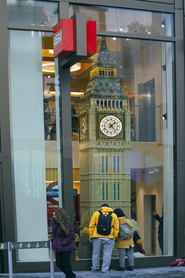 Big Ben budował od LEGO cegieł, wystawiać w światowym ` s LEGO wielkim sklepie zdjęcie royalty free
