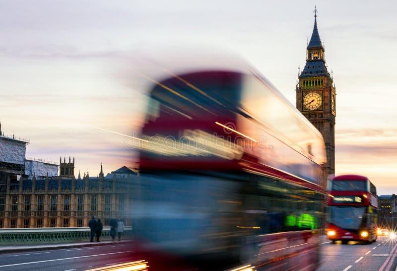Big Ben, Chambre du Parlement et d'autobus à impériale a brouillé I photos libres de droits