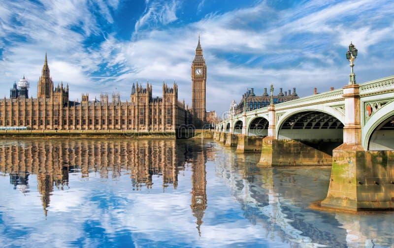 Big Ben con el puente en Londres, Inglaterra fotos de archivo