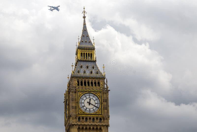 Big Ben con il volo degli aerei commerciali sopraelevato immagine stock