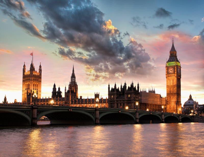 Big Ben contra o por do sol colorido em Londres, Inglaterra, Reino Unido foto de stock royalty free