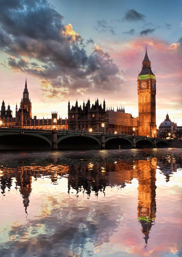 Big Ben contro il tramonto variopinto a Londra, Inghilterra, Regno Unito fotografia stock libera da diritti