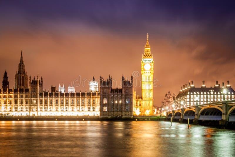 Big Ben debajo de un cielo azul y rojo fotos de archivo libres de regalías