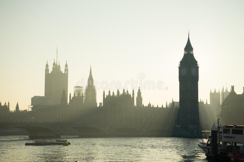 Big Ben delante del sol foto de archivo libre de regalías