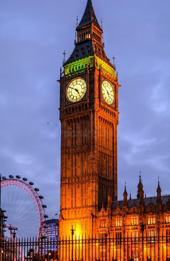 Big Ben in der Nachtzeit mit Beleuchtung lizenzfreie stockfotos