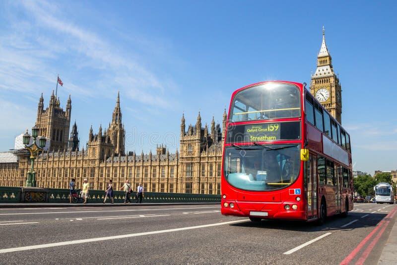 Big Ben dwoistego decker czerwony autobus Londyn, UK obrazy stock