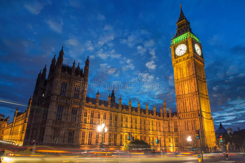 Big Ben e casa do parlamento no crepúsculo com as nuvens de Westmin foto de stock royalty free