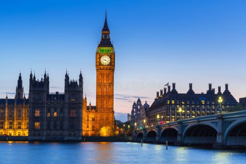 Big Ben e ponte de Westminster em Londres na noite fotografia de stock royalty free
