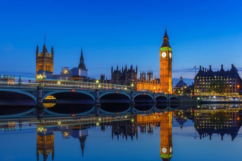 Big Ben e ponte de Westminster em Londres na noite imagem de stock