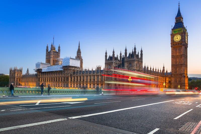 Big Ben e ponte de Westminster em Londres no crepúsculo fotografia de stock