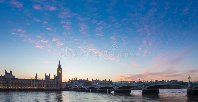 Big Ben e ponte ed il Parlamento di Westminster con le nuvole variopinte al crepuscolo, Londra, Regno Unito immagine stock
