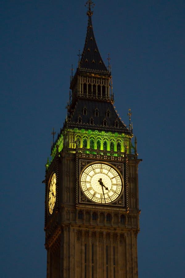 Big Ben/Elizabeth Tower em Westminster, Londres na noite, iluminada fotos de stock royalty free