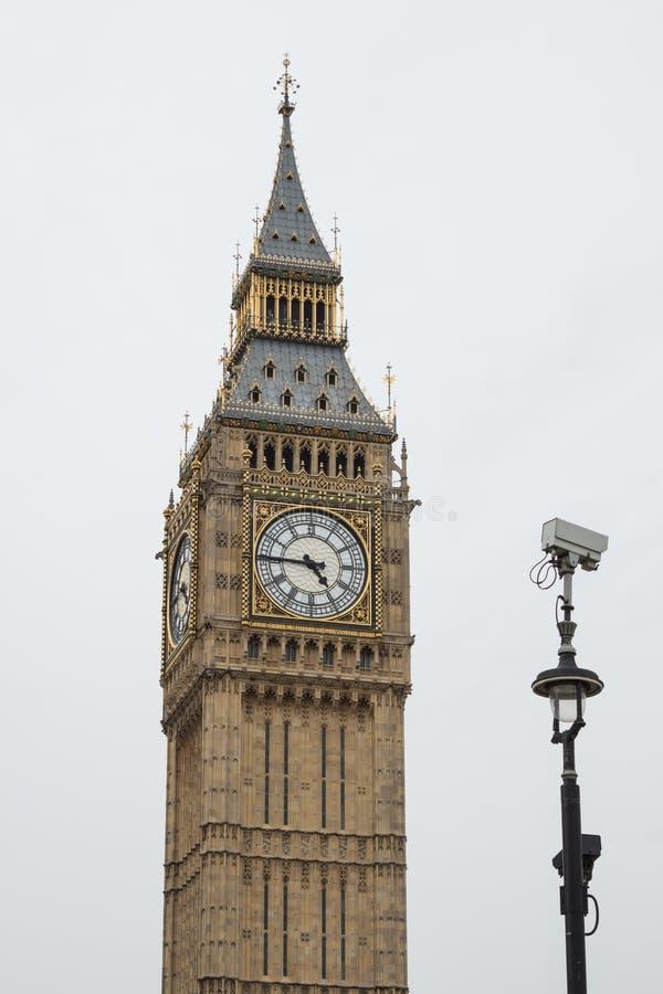 Big Ben/Elizabeth Tower en Westminster, Londres con la cámara CCTV al lado de ella imagen de archivo libre de regalías