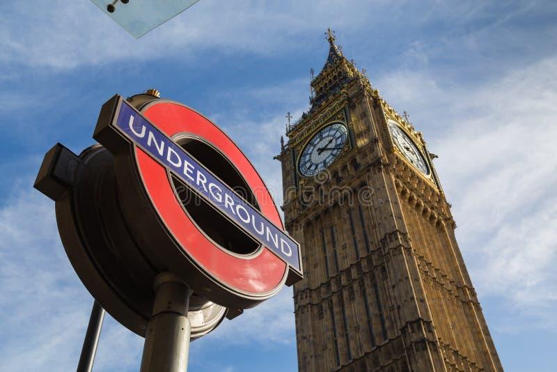 Big Ben (Elizabeth Tower) och ett London tunnelbanatecken royaltyfri bild