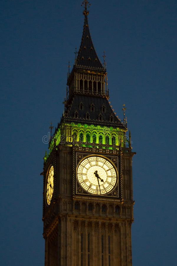 Big Ben/Elizabeth Tower in Westminster, London nachts, belichtet lizenzfreie stockfotos