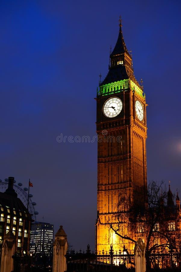 Big Ben em Londres iluminou na noite imagem de stock