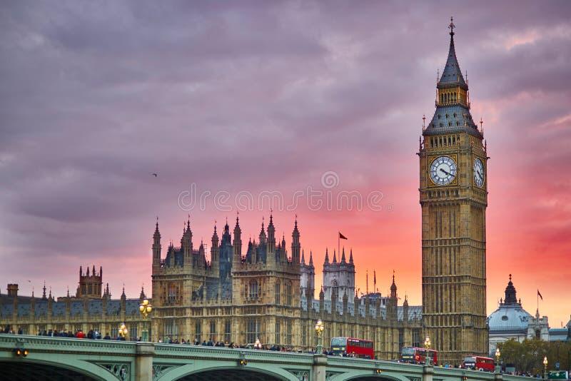 Big Ben en de Brug van Westminster bij zonsondergang, Londen, het UK stock foto's