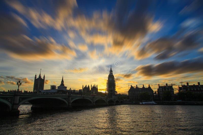 Big Ben en puesta del sol y en arreglo todavía foto de archivo