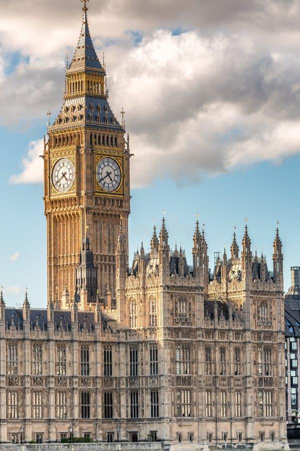 Big Ben et les Chambres du Parlement contre le ciel bleu - Londres, photo stock