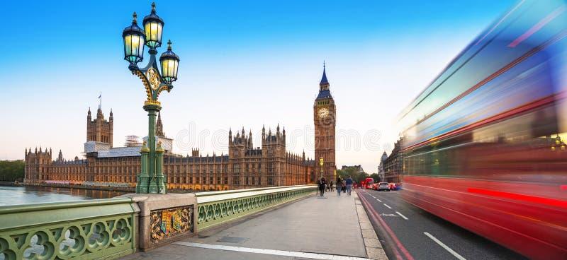 Big Ben et pont de Westminster à Londres au crépuscule photos libres de droits