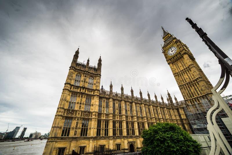 Big Ben, het Huis van het Parlement, brede hoekmening van de Brug van Westminster, Londen, het UK stock foto's
