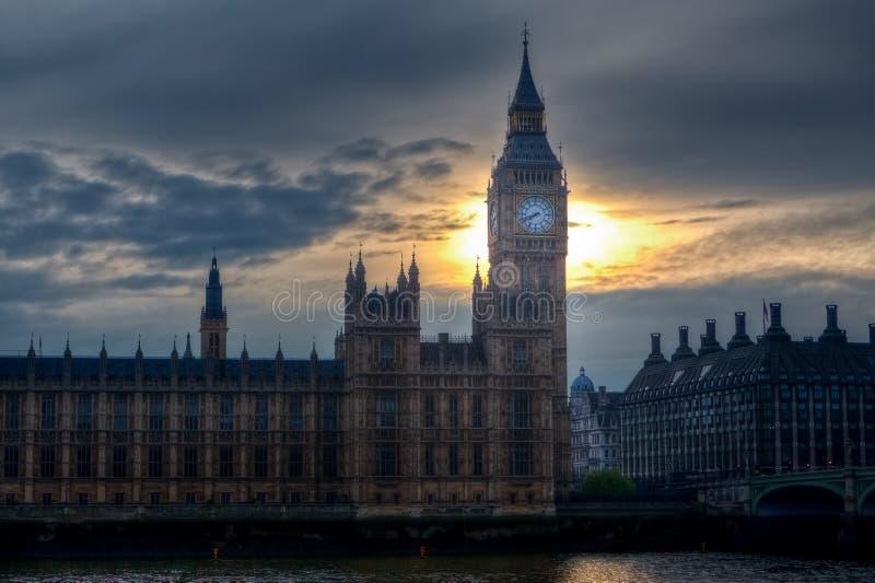 Big Ben hus av parlamentet, solnedgångafton, Themsen, London, UK arkivfoto