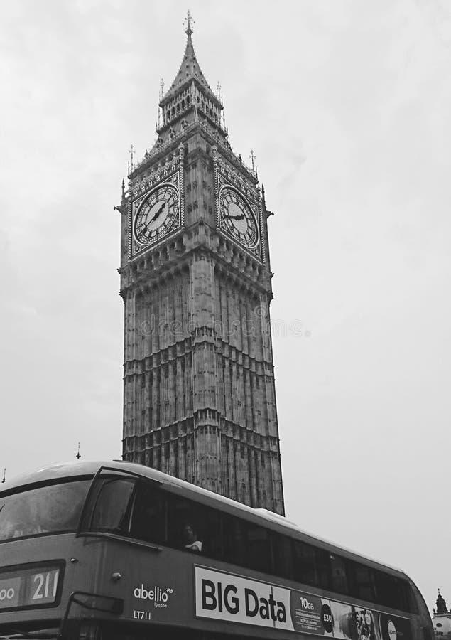 Big Ben i den London staden i svartvitt arkivfoto