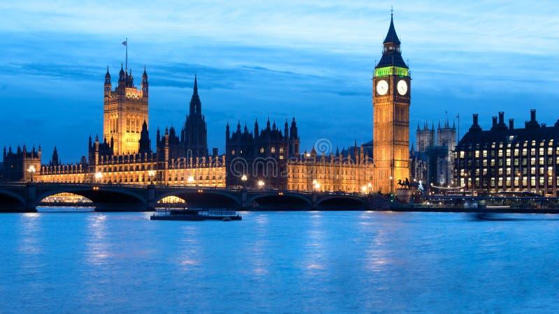 Big Ben i domy parlament przy nocą fotografia royalty free