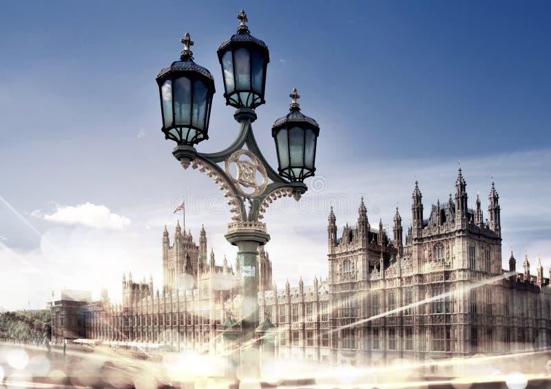 Big Ben i domy parlament z światłami ruchu fotografia stock