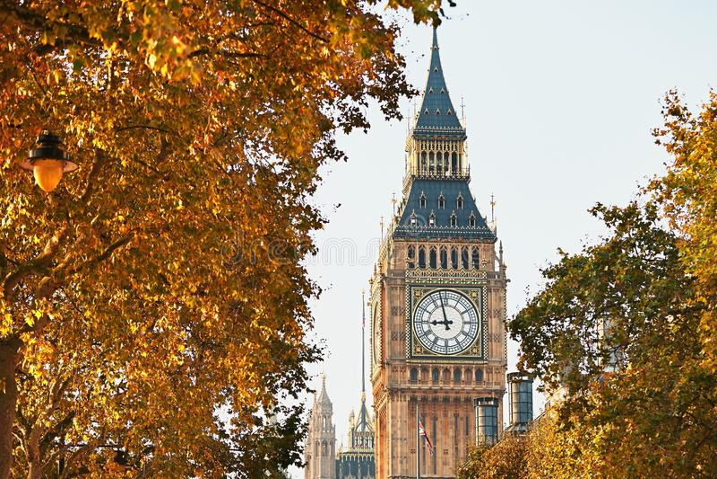 Big Ben i solig höstdag fotografering för bildbyråer