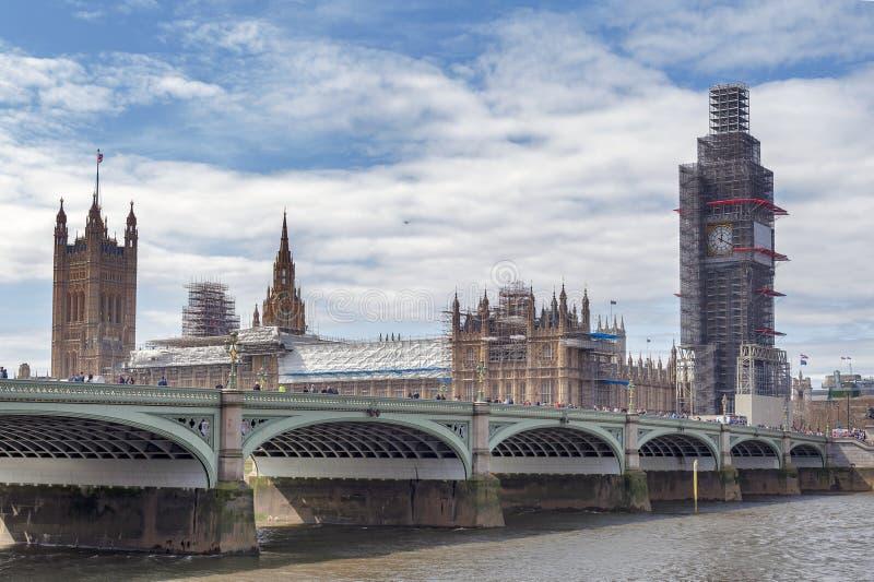 Big Ben, il punto di riferimento iconico di Londra ed il palazzo di Westminster che è scaffolded durante il rinnovamento signific fotografie stock libere da diritti