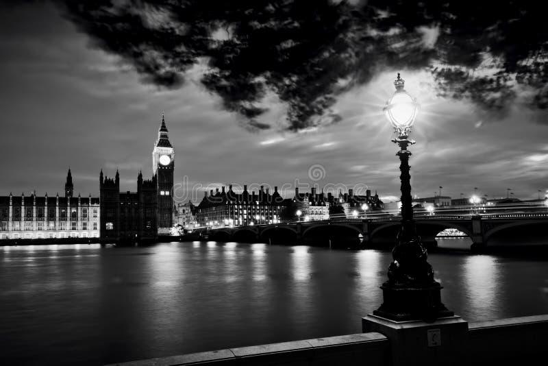 Big Ben, Londen het UK bij zonsondergang Retro straatlantaarnlicht op de Brug van Westminster Rebecca 36 stock afbeeldingen