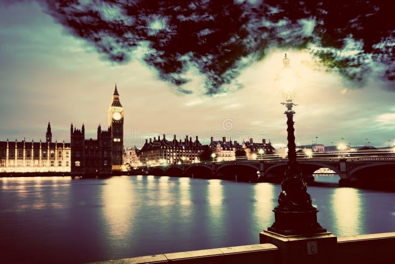 Big Ben, Londen het UK bij zonsondergang Retro straatlantaarnlicht op de Brug van Westminster wijnoogst stock afbeelding