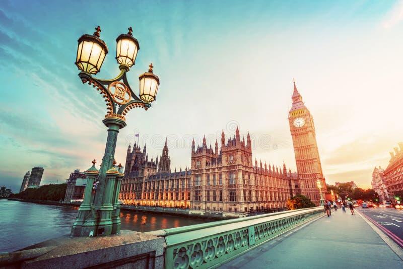 Big Ben, Londen het UK bij zonsondergang Retro straatlantaarnlicht op de Brug van Westminster wijnoogst stock fotografie