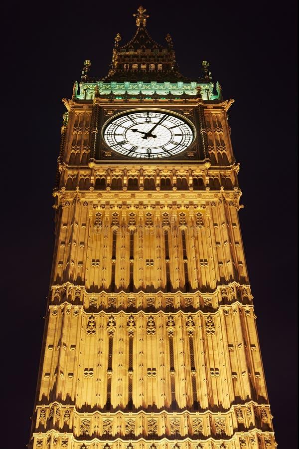 Big Ben in London belichtete nachts stockbild
