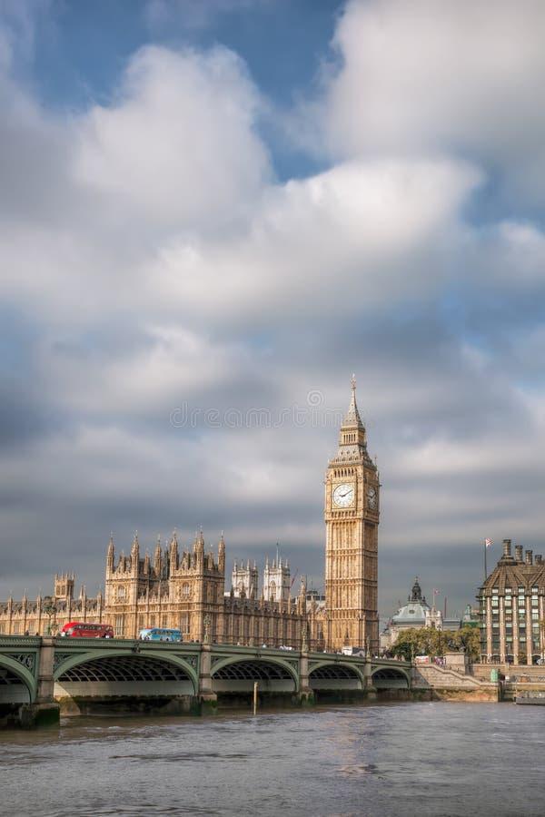 Big Ben met brug in Londen, Engeland, het UK stock afbeeldingen