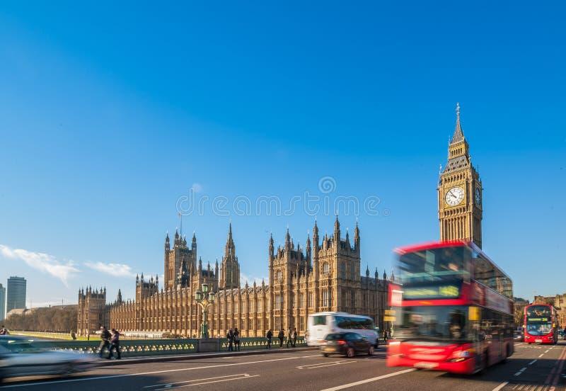 Big Ben, niebieskie niebo i poruszający London czerwieni autobus obraz stock
