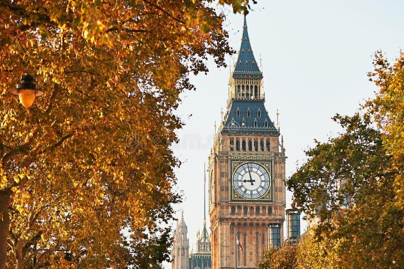 Big Ben no dia ensolarado do outono imagem de stock