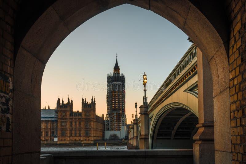 Big Ben obramiający kamienną ścianą zdjęcie royalty free
