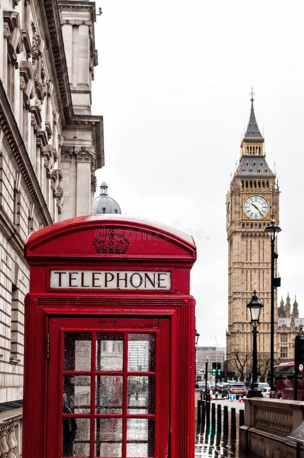 Big Ben och iconic röd telefonask i London, Förenade kungariket arkivbilder