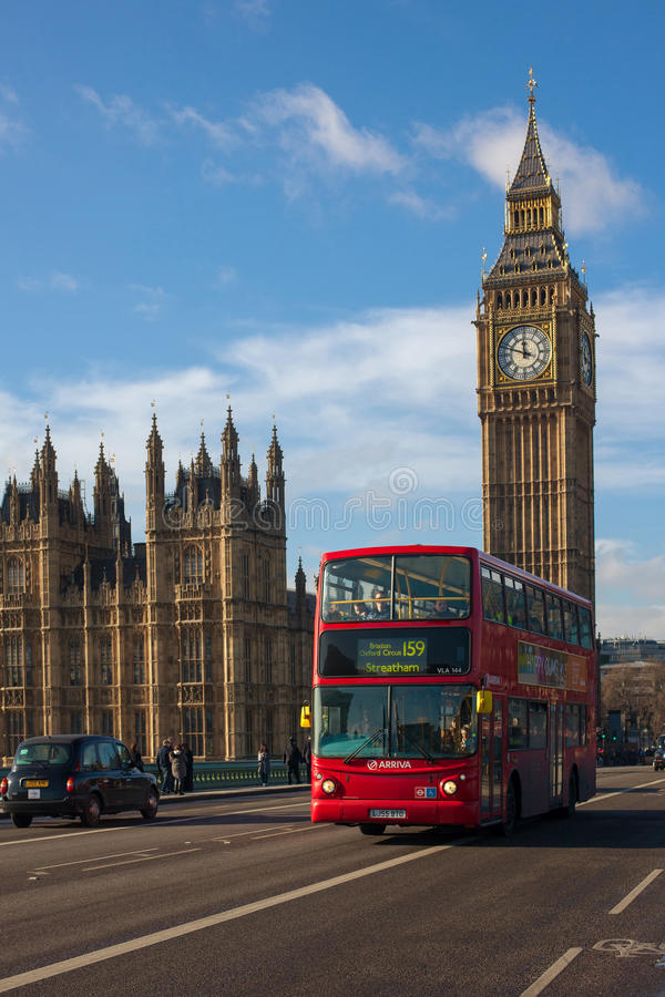 Big Ben och London buss royaltyfria bilder