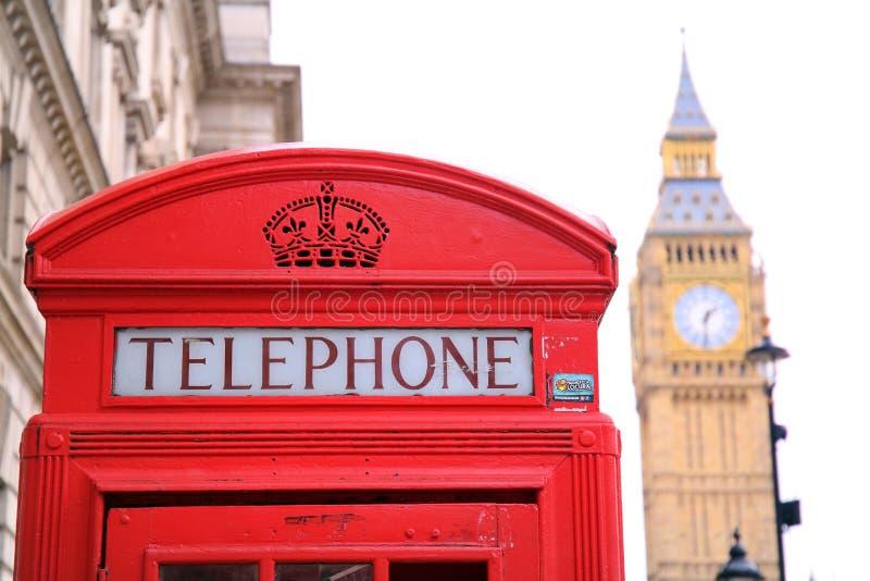 Big Ben och röd telefonask i London royaltyfri foto