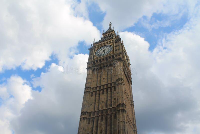 Big Ben op de bewolkte hemel stock afbeelding