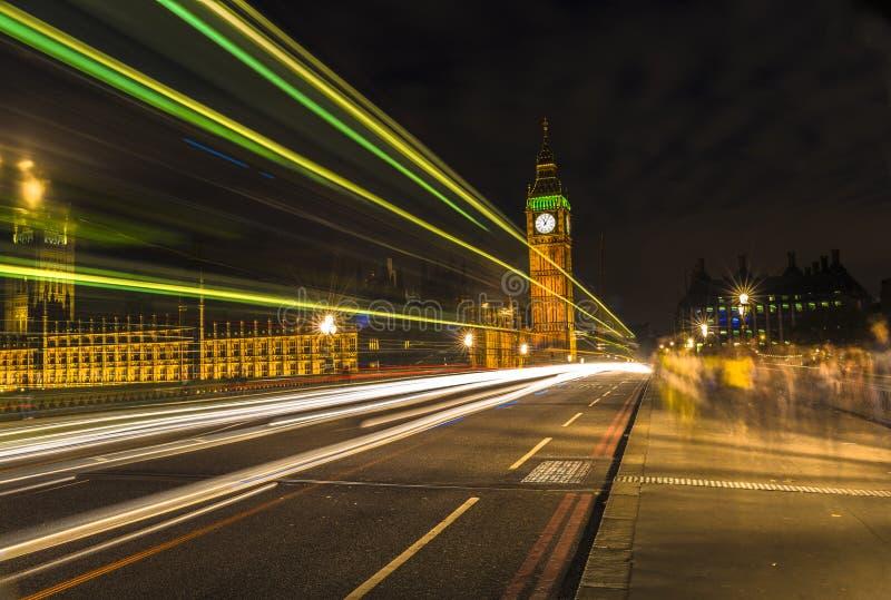Big Ben på natten och ljusa slingor, London arkivbilder