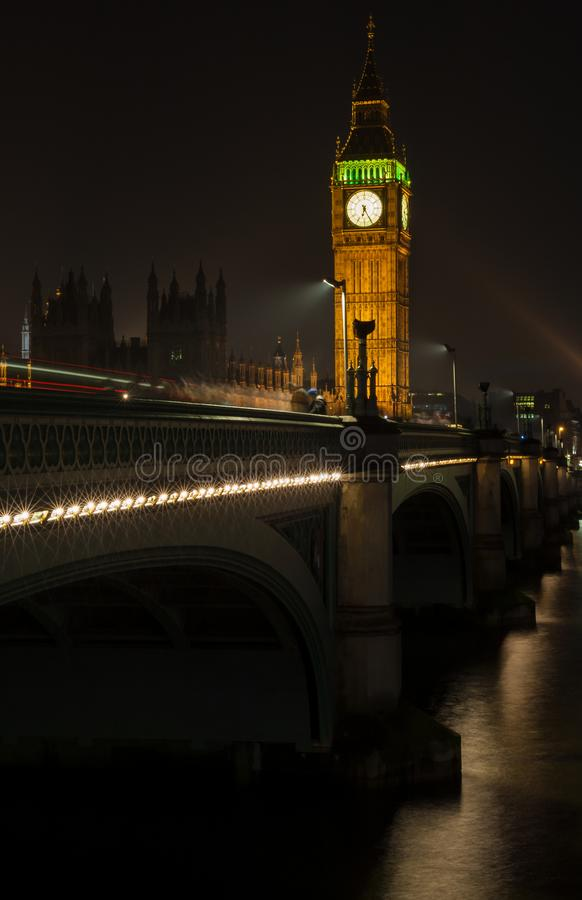 Big Ben, ponte na noite, Londres de Westminster, Inglaterra imagens de stock